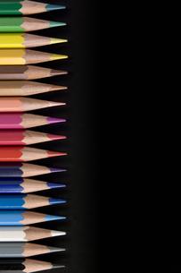 直線に並べた色鉛筆の写真素材 [FYI00381820]