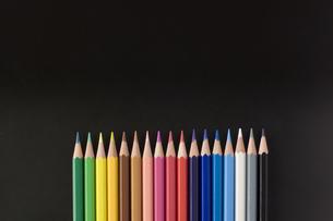直線に並べた色鉛筆の写真素材 [FYI00381821]