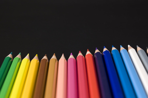 黒背景に並んだ色鉛筆の写真素材 [FYI00381829]