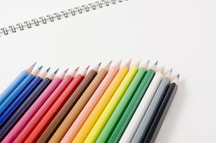 色鉛筆とスケッチブックの写真素材 [FYI00381830]