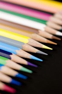黒背景に色鉛筆のアップの写真素材 [FYI00381831]