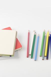 色鉛筆と白紙のノートの写真素材 [FYI00381832]