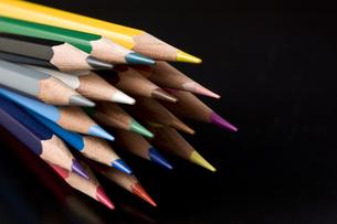 黒背景に束ねた色鉛筆の写真素材 [FYI00381833]