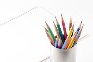 色鉛筆とスケッチブックの写真素材 [FYI00381834]