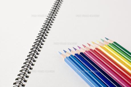 色鉛筆とスケッチブックの写真素材 [FYI00381835]