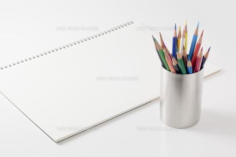 色鉛筆とスケッチブックの写真素材 [FYI00381836]