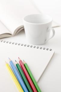 本とコップと色鉛筆の写真素材 [FYI00381837]