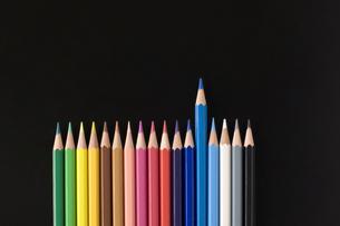 並んだ色鉛筆の写真素材 [FYI00381838]