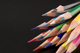 黒背景に束ねた色鉛筆の写真素材 [FYI00381839]