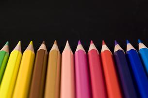 直線に並べた色鉛筆のアップの写真素材 [FYI00381840]