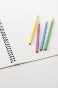 色鉛筆とスケッチブックの写真素材 [FYI00381841]