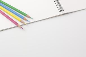 色鉛筆とスケッチブックの写真素材 [FYI00381843]