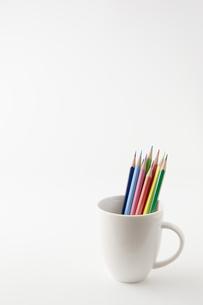 コップに入った複数の色鉛筆の写真素材 [FYI00381844]