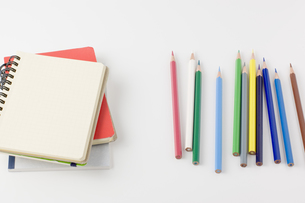 色鉛筆と白紙のノートの写真素材 [FYI00381845]