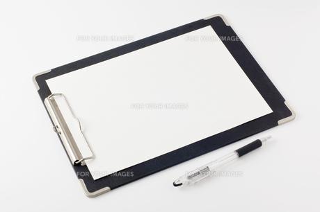 ボールペンとクリップボードの写真素材 [FYI00381846]