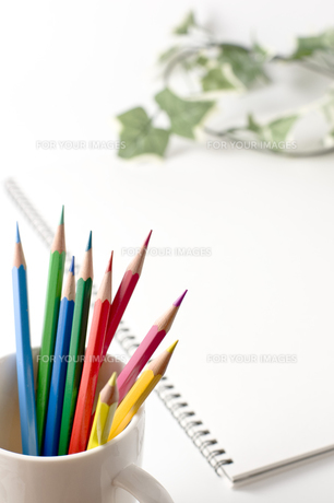 スケッチブックと色えんぴつの写真素材 [FYI00381847]
