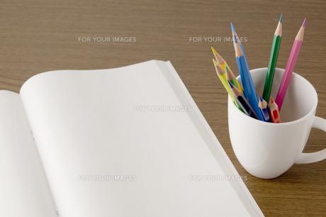 白紙のノートと色鉛筆の写真素材 [FYI00381850]