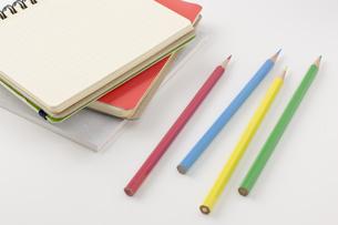 色鉛筆と白紙のノートの写真素材 [FYI00381851]