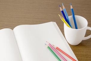 白紙のノートと色鉛筆の写真素材 [FYI00381854]