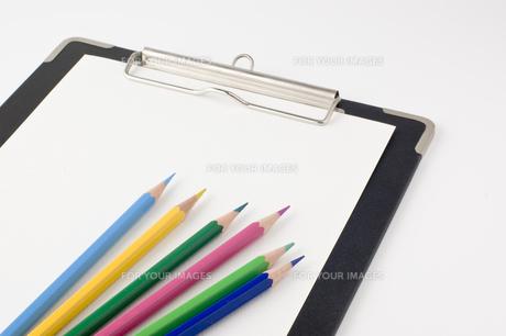 色鉛筆とクリップボードの写真素材 [FYI00381855]