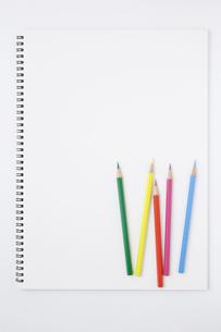 複数の色鉛筆とスケッチブックの写真素材 [FYI00381857]