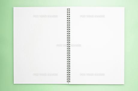 緑の背景にスケッチブックの写真素材 [FYI00381858]