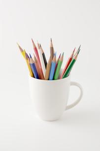 コップに入った複数の色鉛筆の写真素材 [FYI00381859]