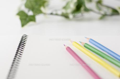 色鉛筆とスケッチブックの写真素材 [FYI00381860]