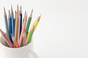 コップに入った複数の色鉛筆の写真素材 [FYI00381863]