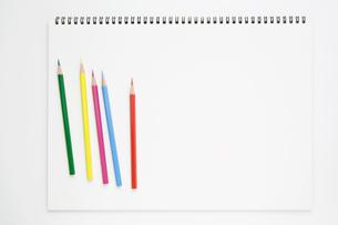 複数の色鉛筆とスケッチブックの写真素材 [FYI00381865]
