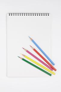 複数の色鉛筆とスケッチブックの写真素材 [FYI00381868]