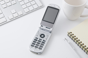 オフィスの机の上に携帯電話の写真素材 [FYI00381873]