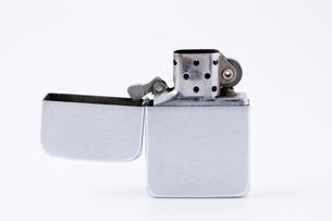 蓋を開けたオイルライターの写真素材 [FYI00381874]