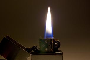 点火したオイルライターのアップの写真素材 [FYI00381875]