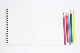 複数の色鉛筆とスケッチブックの写真素材 [FYI00381879]