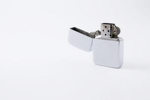 白背景にオイルライターの写真素材 [FYI00381881]