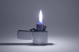 点火したオイルライターの写真素材 [FYI00381884]