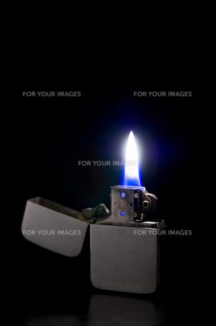点火したオイルライターの写真素材 [FYI00381890]