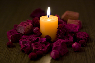 火を灯したキャンドルの写真素材 [FYI00381894]