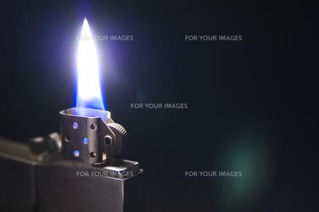 点火したオイルライターの写真素材 [FYI00381896]