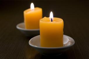 火を灯した2本のキャンドルの写真素材 [FYI00381897]