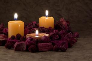 火を灯したキャンドルの写真素材 [FYI00381898]