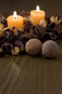 キャンドルと木の実の写真素材 [FYI00381899]