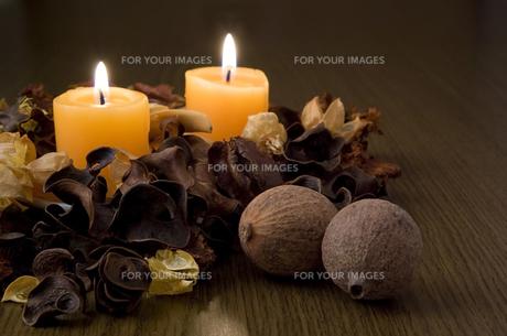 火を灯したキャンドルと木の実の素材 [FYI00381901]