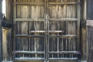 木造の古い扉の写真素材 [FYI00381910]