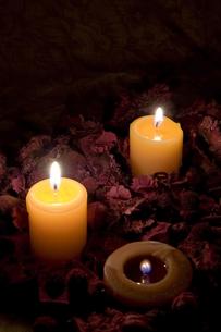 火を灯した?燭と枯れ葉の写真素材 [FYI00381911]