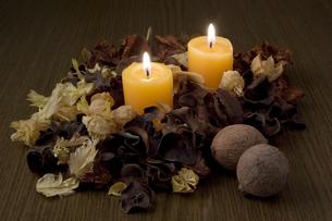 キャンドルと木の実の写真素材 [FYI00381912]