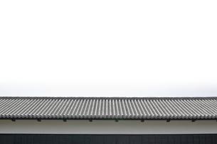 古い日本の木造建築の屋根の写真素材 [FYI00381923]