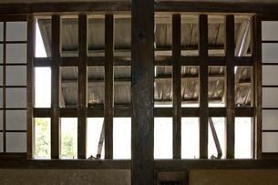 古い日本の木造建築の窓の写真素材 [FYI00381936]