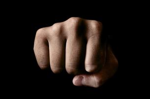 黒背景に男性の握った手の写真素材 [FYI00381953]
